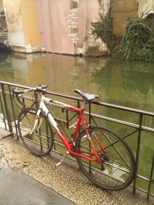 bicikli alul méretezett sodrony lakattal