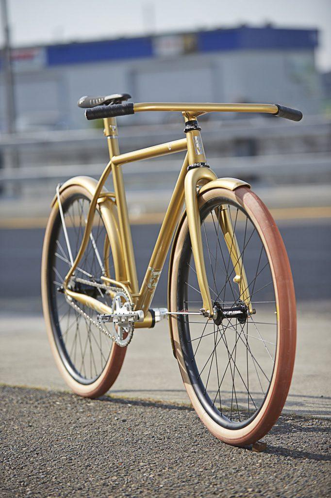 arany színű városi cirkáló