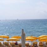 Úton Cannes felé sárga napernyők