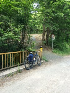 A földút vége, Szokolya Fatornyos Fogadó bejáratánál